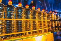 солнцецвет масла падения стилизованный Линия фабрики продукции и заполнять очищенной нефти от семян подсолнуха Транспортер фабрик Стоковые Фотографии RF