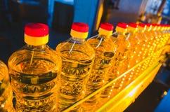 солнцецвет масла падения стилизованный Линия фабрики продукции и заполнять очищенной нефти от семян подсолнуха Транспортер фабрик Стоковые Изображения