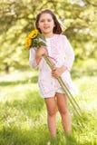 Солнцецвет удерживания девушки в поле Стоковая Фотография RF