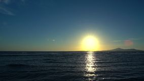 Солнце бросая отражение над океаном на заходе солнца видеоматериал