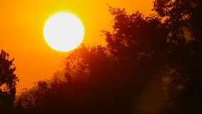 Солнце восхода солнца в оранжевом небе