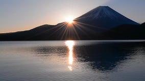 Солнце восхода солнца и Mount Fuji от озера Motosu Японии сток-видео