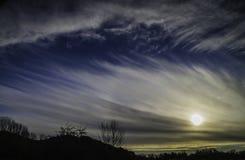 Солнце в голубых небесах над сельской местностью Стоковые Фотографии RF