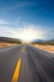 солнце дороги движения нерезкости к Стоковая Фотография
