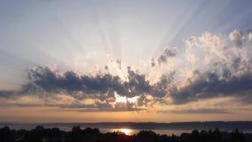 Солнце заволакивает озеро света промежутка времени акции видеоматериалы
