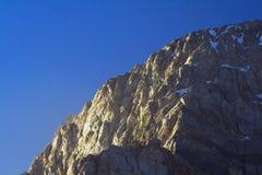 солнце загоранное скалой отвесное Стоковая Фотография