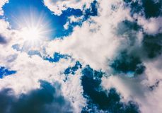 Солнце закрыто облаками стоковая фотография rf