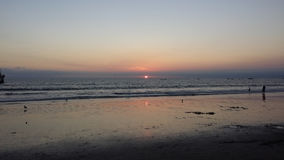 Солнце идя вниз над Тихим океаном стоковое изображение