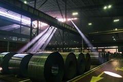 Солнце испускает лучи разрывать через окна крыши промышленного здания стоковая фотография rf