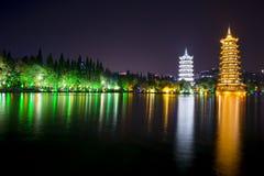 Солнце и пагода луны на Guiling - Китае - взгляд ночи Стоковые Изображения RF