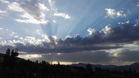 Солнце лучей укрепляя через облака Стоковые Фотографии RF