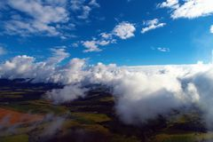 Солнце над облаками с голубым небом и большим ландшафтом Свобода Мир стоковое изображение rf