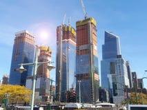 Солнце осветило пейзаж части конструкции к дворам Гудзона в Манхаттане Нью-Йорке Стоковое фото RF