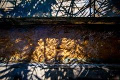Солнце отражая в воде пропуская в falaj с некоторыми puplish тенями стоковое фото rf