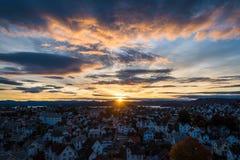 Солнце поднимая за горами светя на небе стоковая фотография rf
