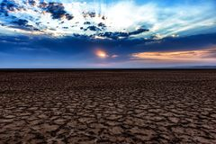 Солнце поднимая над сухим озером сол стоковая фотография
