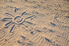 Солнце покрашено на песке на чудесный солнечный день стоковая фотография