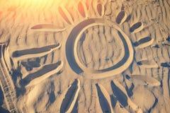 Солнце покрашено на песке на чудесный солнечный день стоковые фотографии rf