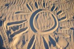 Солнце покрашено на песке на чудесный солнечный день стоковая фотография rf