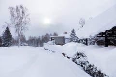 Солнце после полудня светя через толстые белые облака и снег на p Стоковая Фотография RF