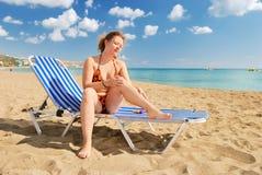 солнце предохранения от cream девушки славное Стоковые Изображения