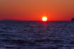 Солнце прячет край пляжа стоковые изображения
