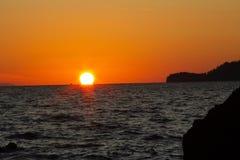Солнце прячет край пляжа стоковая фотография rf