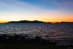 Солнце прячет край пляжа стоковое изображение rf