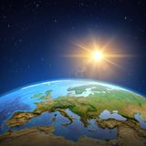 Солнце светя над землей от космоса иллюстрация штока