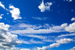 Солнце светя над cloudscape Стоковые Фото
