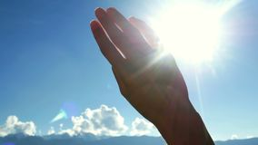 Солнце силуэта руки видеоматериал
