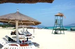 солнце стулов пляжа Стоковые Изображения RF