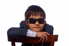 солнце темных стекел мальчика с волосами Стоковое Изображение