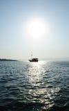 солнце туристического судна вниз Стоковая Фотография