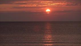 Солнце устанавливая в море Драматическая панорама неба захода солнца с гореть красочную предпосылку облаков Идилличный фон seasca акции видеоматериалы