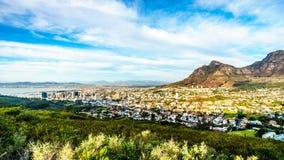 Солнце устанавливая над Кейптауном, гора таблицы и дьяволы выступают Стоковые Фото