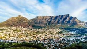 Солнце устанавливая над Кейптауном, горой таблицы, дьяволами выступает, голова львов и 12 апостолов Стоковые Фотографии RF