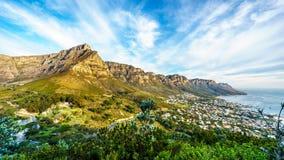 Солнце устанавливая над Кейптауном, горой таблицы, лагерями преследует и 12 апостолов Стоковое Изображение