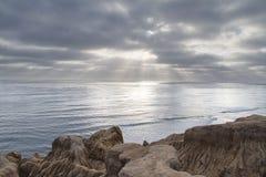 Солнце устанавливая над океаном с Калифорнии Стоковое фото RF