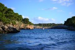 """Солнце установило на пляж Cala Mitjana и Cala d """"или город, остров Palma Мальорка, Испанию стоковые фото"""