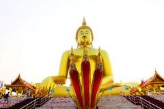 Солнце утра светя перед красивым Буддой стоковая фотография