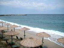 солнце loungers пляжа Стоковое Изображение