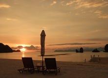 солнце loungers пляжа Стоковые Фотографии RF
