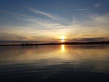 Солнце Velence озера заход солнца идет вниз стоковая фотография rf