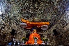 солнц-облитое изображение Будды в старом виске Htukkhanthein, Mrauk u, положении Rakhine, Мьянме стоковое изображение rf