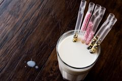 Солома молока с шариками вкуса ободряет молоко выпивая для детей стоковые изображения