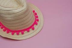 Соломенная шляпа лета на розовой предпосылке Концепция перемещения и праздника скопируйте космос Стоковые Фото