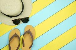 Соломенная шляпа, стекла солнца, темповые сальто сальто на желтой и салатовом сватает стоковые изображения