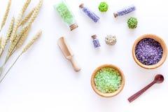 Соль для принятия ванны в травяной косметике с пшеницей на белом космосе взгляд сверху предпосылки стола для текста Стоковые Изображения RF