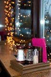 Соль и перец на таблице в кафе Зубочистки в наборе Сумерк в кафе Справочная информация Стеклянная тара для соли Стекло стоковое фото rf
